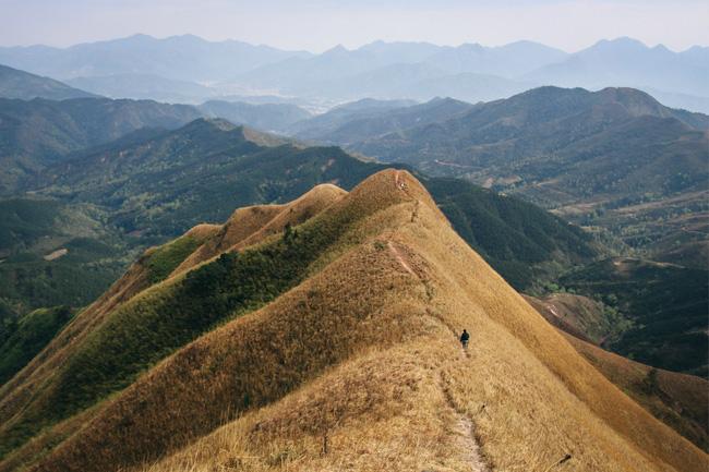 """Miên man những """"Sống lưng khủng long Bình Liêu trên đỉnh núi Bắc Cương"""" mùa cỏ cháy"""